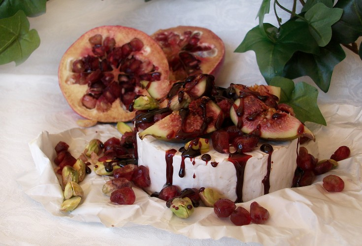 Pomegranate with Brie and Balsamic Reduction